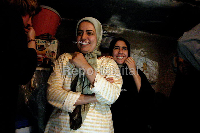 The two daughters of Hassan Jumaa Awad, head of Basras oil workers union. - David Bacon - 2005-05-26