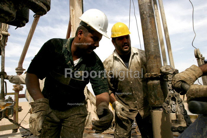 Workers on an oil drilling rig in the South Rumeila oil field outside of Basra, in southern Iraq. Workers in Iraqs oil industry have organized one of the countrys strongest unions, and are trying to prevent the industrys privatization by the US and British occupying forces. - David Bacon - 2005-05-27