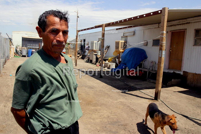 Idelfonso Lopez, a well-known Purepecha artisan, lives in Chicanitas, a farm trailer park in the desert in Coachella Valley. Many of the camps residents are Purepecha migrants from the Mexican state of Michoacan. California USA - David Bacon - 2006-04-13