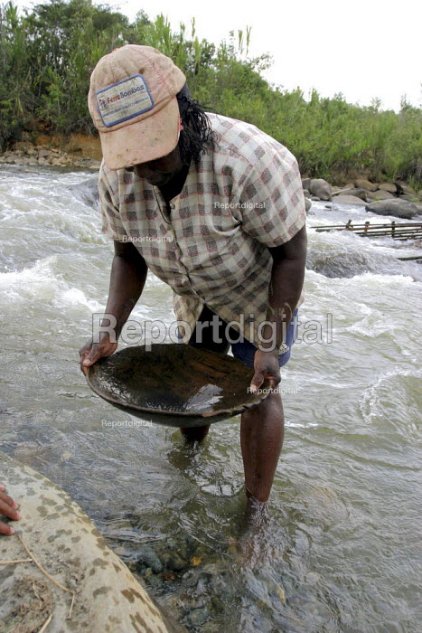 Panning for gold the Cauca river. Afro-Colombian and indigenous Columbians who live in a community threatened by large scale development projects Colombia - David Bacon - 2006-10-25
