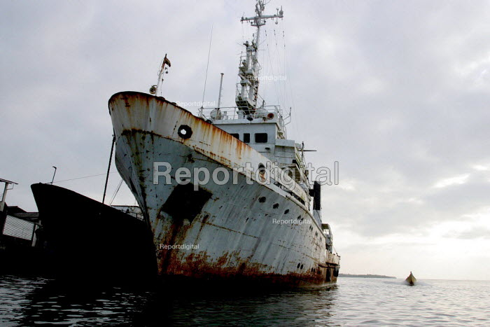 A deep sea fishing boat docked at Tumaco, a coastal city Colombia - David Bacon - 2006-10-28