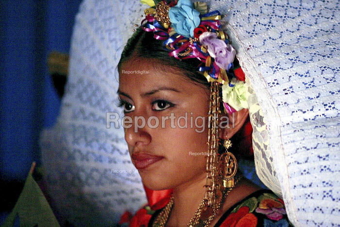 Dancers from the many ethnic groups of Oaxaca, now living as migrants in the USA, dance at the annual festival of Oaxacan indigenous culture, the Guelagetza - David Bacon - 2004-08-15