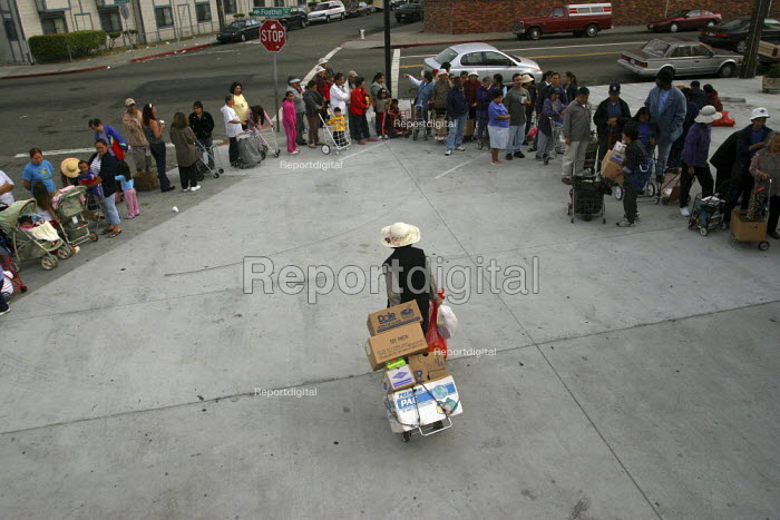 California, USA Hungry people receive food at a food pantry run by volunteers from Project Help, parking lot of a laundromat, East Oakland - David Bacon - 2005-08-16