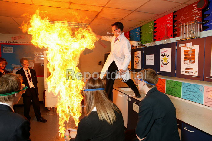 Chemistry teacher demonstrates how exciting practical chemistry lessons can still be taught in the classroom. Neil Dixon is with his GCSE fifth form pupils at the south Bromsgrove Community School, Bromsgrove, Worcestershire. - David Mansell - 2005-11-09