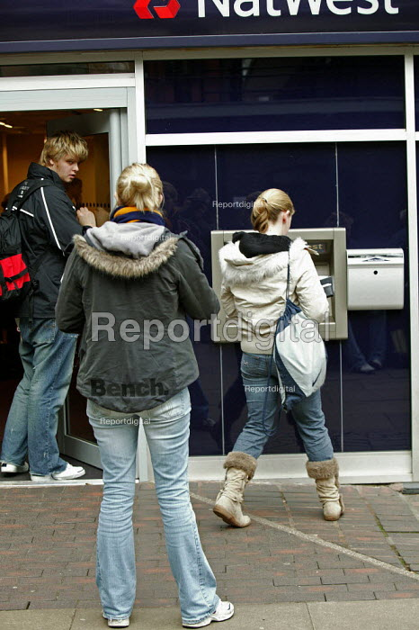 Birmingham University - Students using a Nat West Bank cash dispenser machine to withdraw cash from their bank accounts on the university campus. - David Mansell - 2005-03-15