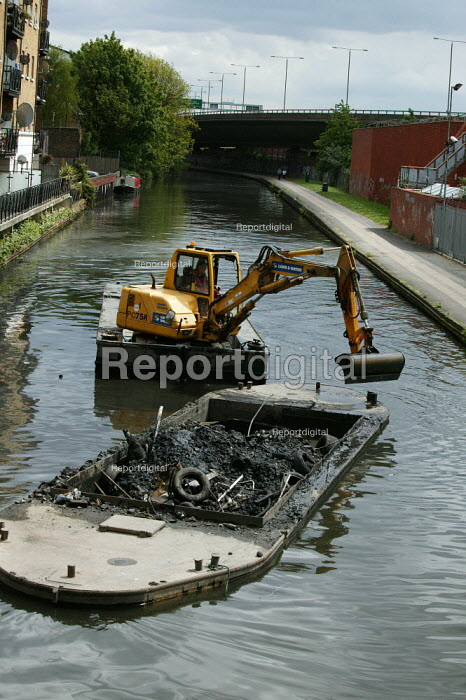British Waterways dredging the Grand Union Canal, West London. - David Mansell - 2005-05-09