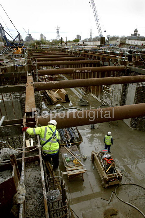 Construction and engineering work undertaken by British Waterways, to build a set of lock gates on the River Lee which will enable heavy building materials to be carried by river transport into the site of the 2012 London Olympic Complex.building workers health and safety steel erection - David Mansell - 2008-04-07