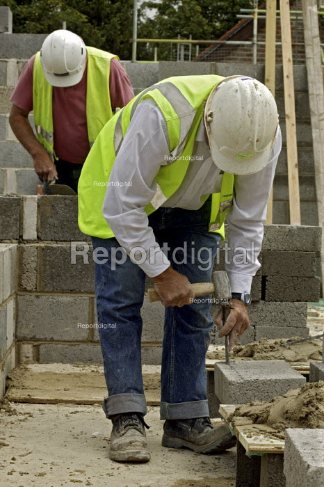 Self employed bricklayers working on the construction of new homes, for Banner Homes in Chawton. - David Mansell - 2007-07-10