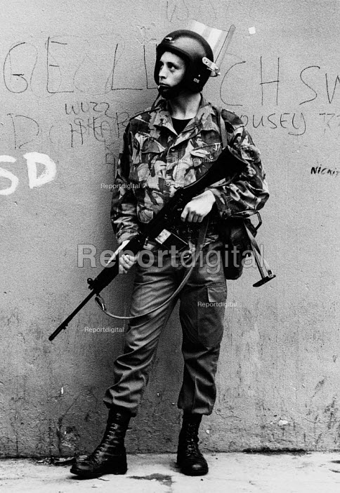 British soldiers patrolling in the protestant area of the west bank, The Fountain, Derry, Northern Ireland 1978, as Unionists celebrate the Apprentice Boys parade on 12 August to commemorate the Protestant victory over the Catholics in the Siege of Derry in 1689. - David Mansell - 1978-08-12