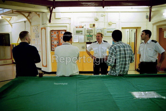 Inmates and staff of Kingston Prison, Portsmouth. A prison officer talks to inmates. - David Mansell - 2001-01-16