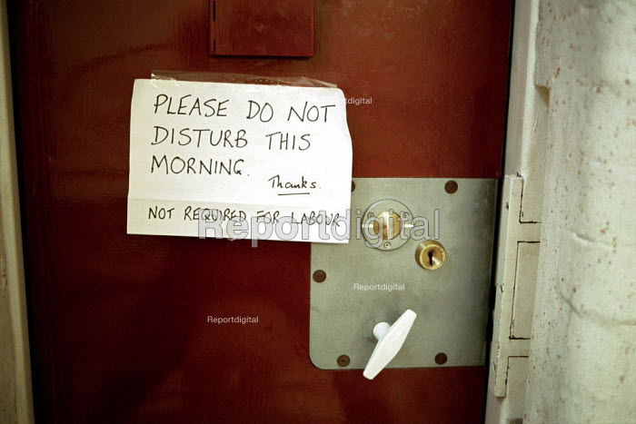 A day in the life of the inmates and staff of Kingston Prison, Portsmouth. A notice on the outside of a cell asking not to be disturbed this morning. - David Mansell - 2001-01-16
