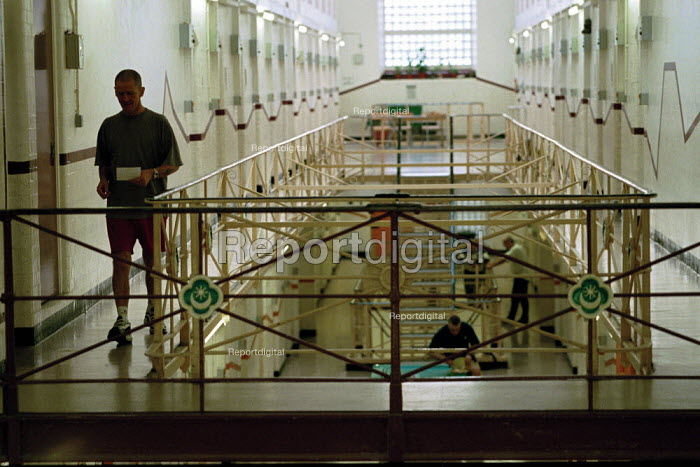 A day in the life of the inmates and staff of Kingston Prison, Portsmouth. A general view of the prison corridors and landings. - David Mansell - 2001-01-16
