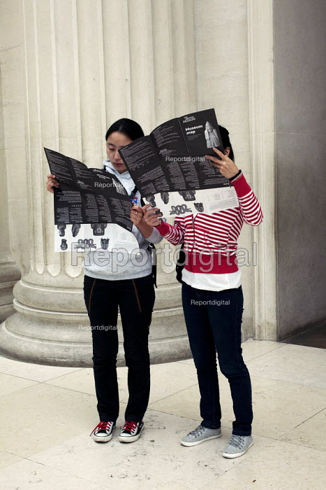 Two chinese students standing in the Great Court of The British Museum, London, reading their museum maps. - David Mansell - 2010-09-08