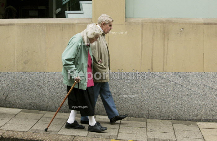 An elderly couple, walking slowly in a Chesterfield street, Derbyshire. - David Mansell - 2009-06-13