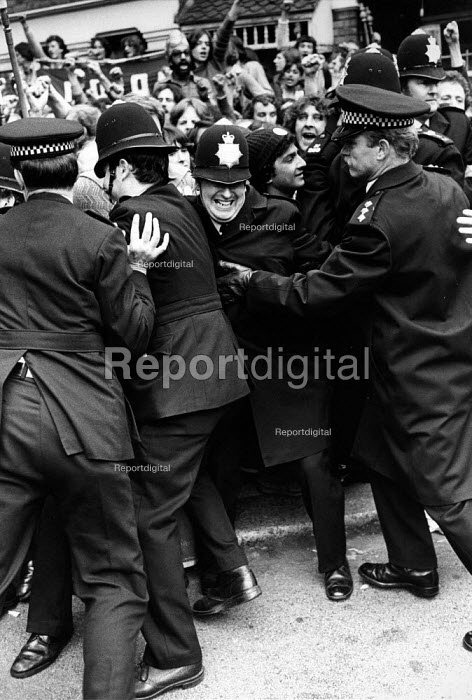 Police and pickets on strike against low pay and for union recognition at the Grunwick film processing plant in Willesden, Brent, London 1977 - David Mansell - 1977-07-11
