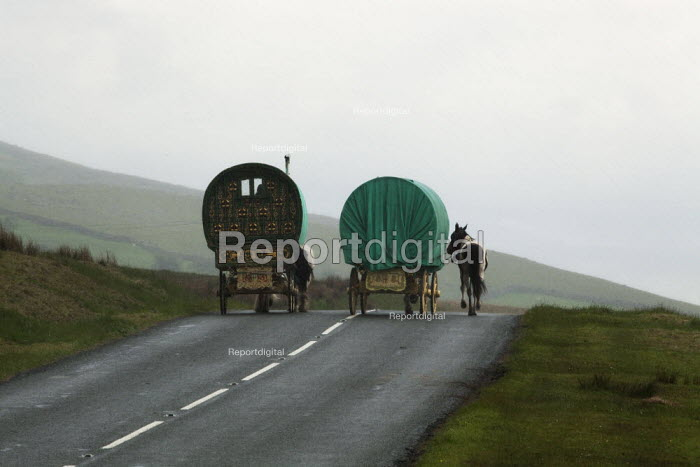 Appleby Horse Fair, Cumbria, horse drawn caravan returning home from the Fair using the spectacular scenic open moorland route from Kirkby Stephen to Sedbergh. - David Mansell - 2015-06-08