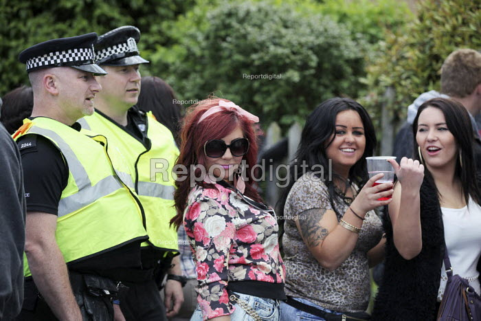 Wickham Horse Fair a traditional one day annual event, Hampshire. Young women drinking and police - David Mansell - 2015-05-20