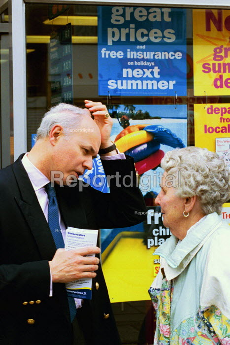 Iain Duncan Smith, Conservative MP on the campaign trail in Essex. - David Mansell - 2001-05-20