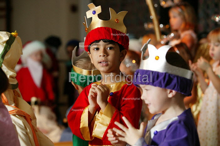 Four and five year old nursery preschool children who attend the Springfield Primary School, Welwyn Garden City, Hertfordshire, in a Christian Christmas nativity play, the boys are dressed up as the wise men. - David Mansell - 2005-12-08