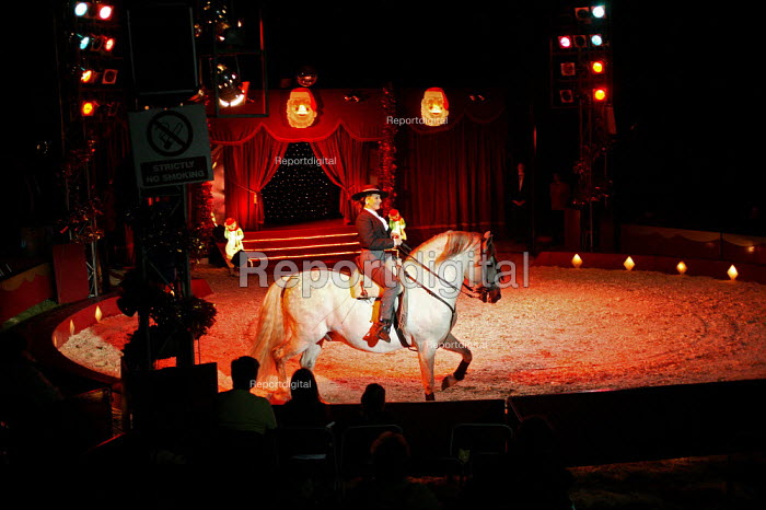 Robert Brothers Circus consists of the most fantastic performing acts - David Mansell - 2005-12-22