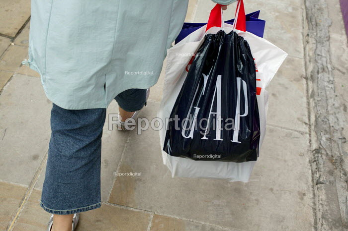 Shopper in Regent Street, London, carrying her Gap... - David Mansell, DM604g01.jpg