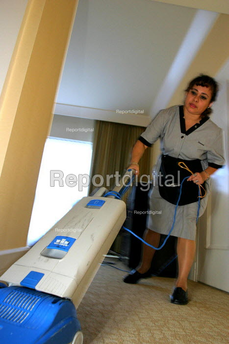 Housekeepers at the Beverly Hilton Hotel, California, one of the most luxurious in the USA - David Bacon - 2006-11-24
