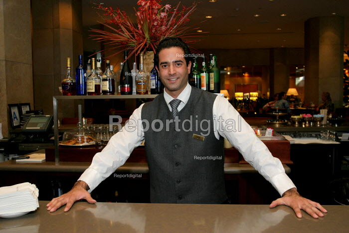 Bartender at the Beverly Hilton Hotel, one of the most luxurious in the US - David Bacon - 2006-11-24