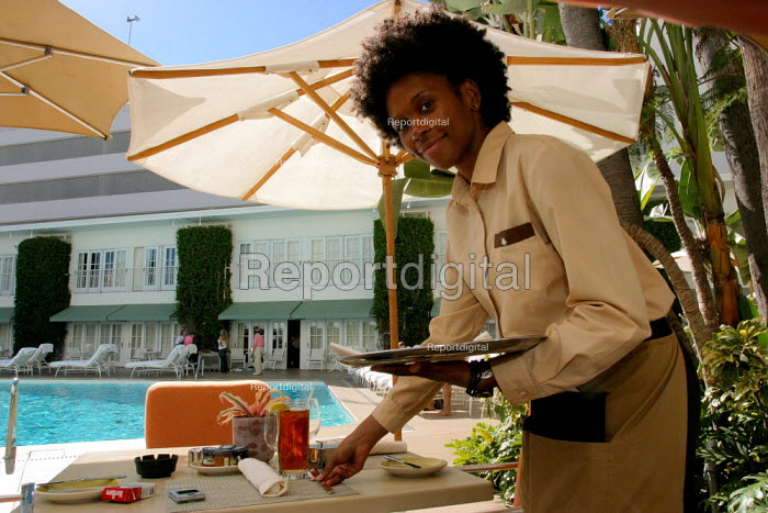Waitress serving at the Beverly Hilton Hotel, one of the most luxurious in the US - David Bacon - 2006-11-24
