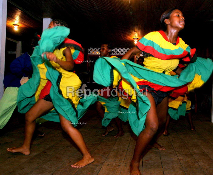A youth group performs Afro Colombian dances at a community fiesta. - David Bacon - 2006-10-28