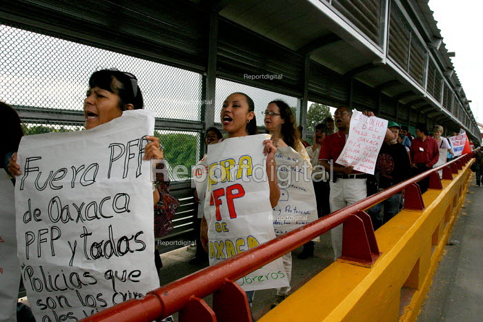 Supporters of APPO (Asemblea Popular de los Pueblos de Oaxaca -- the Popular Assembly of Oaxacan People) demonstrate at the border crossing in Matamoros between the US and Mexico, calling for the resignation of Oaxaca Governor Ulises Ruiz and demanding that the Mexican government withdraw federal forces from that state. - David Bacon - 2006-11-05