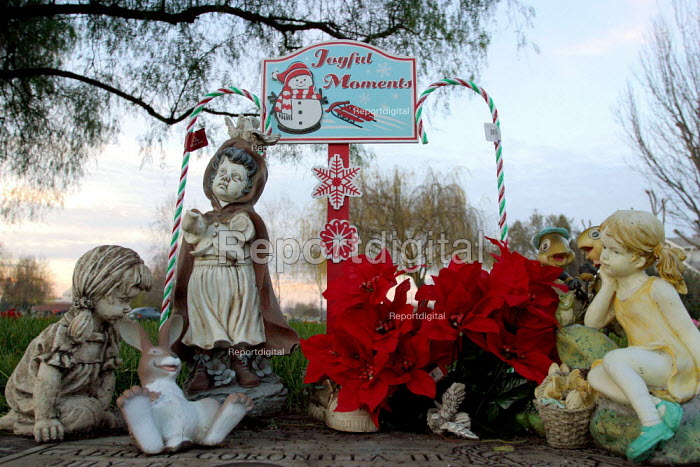 Graves of Filipino and Mexican immigrants decorated by... - David Bacon, dnb0701006.jpg