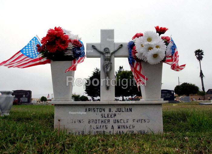 Graves of Filipino and Mexican immigrants decorated by... - David Bacon, dnb0701007.jpg