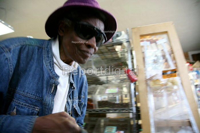 Faye Ollison, an elderly African American woman, shopping at the Berkeley Country Cheese market - David Bacon - 2007-06-30
