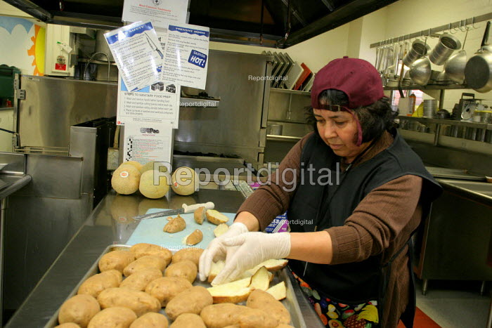 A cafeteria worker prepares lunch in Arcadia, California, USA - David Bacon - 2006-05-02