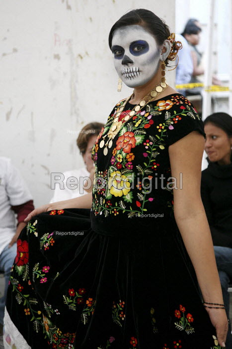Woman dressed as a skeleton on the Day of the Dead... - David Bacon, DNB0812dyd01.jpg