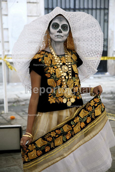 A woman dressed as a skeleton, on the Day of the Dead. - David Bacon, DNB0812dyd02.jpg