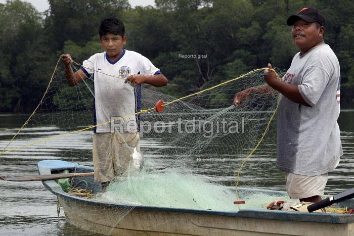 Fishermen net fish, Manialtepec Lagoon on the coast of Oaxaca, a mangrove swamp with a great biodiversity, Mexico. - David Bacon - 2008-11-07
