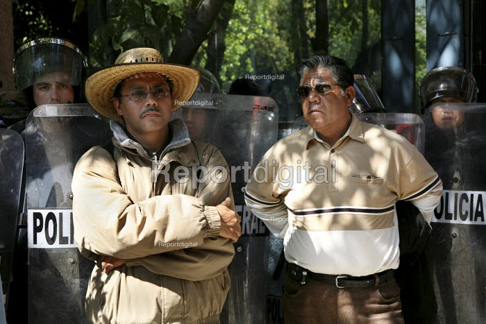 Mexico City riot police confronting teachers protest... - David Bacon, DNB0812mus07.jpg