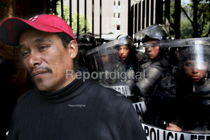 Mexico City police confronting teachers protest against... - David Bacon, DNB0812mus08.jpg