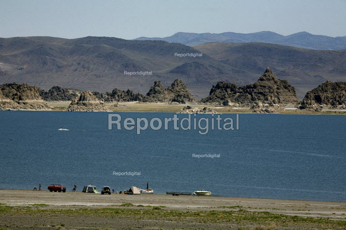 Pyramid Lake, a huge lake in the Mojave Desert, on the... - David Bacon, DNB0907nres09.jpg