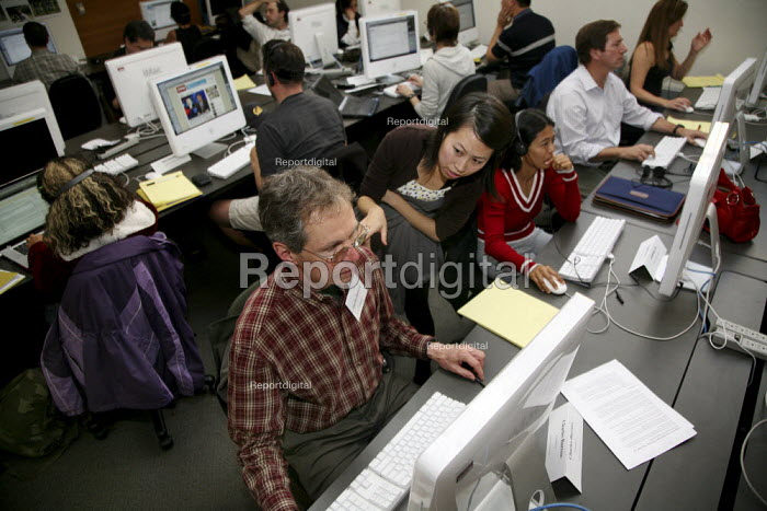 A reporter for the San Francisco Chronicle, takes a class... - David Bacon, DNB100133.jpg