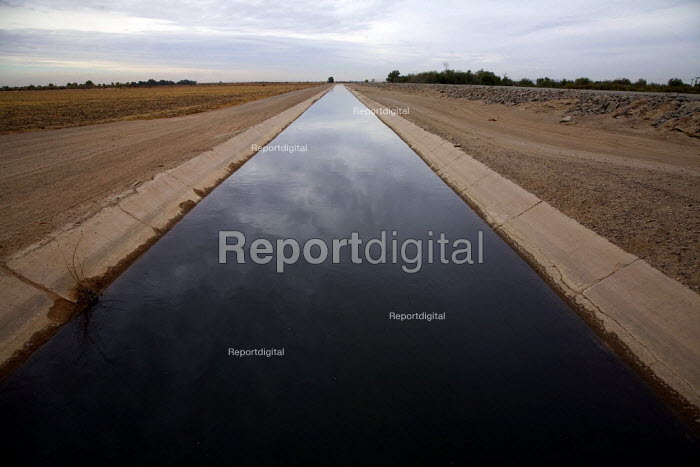 An irrigation canal near the US Mexico border. In the Yuma Valley hardly any water flows in the old watercourse of the Colorado River, almost all has been diverted to provide water for cities like Las Vegas and Los Angeles, or irrigation water further upstream. Economic development and increased agricultural water use in the USA increased degradation of water quality received by Mexico. Sonoran Desert, Arizona. - David Bacon - 2010-12-04