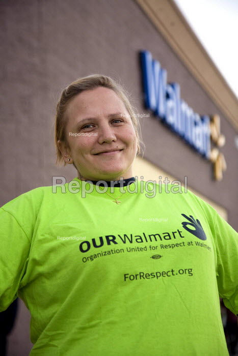 California: Misty Tanner a Walmart worker sacked for union... - David Bacon, Dnb1211w128.jpg