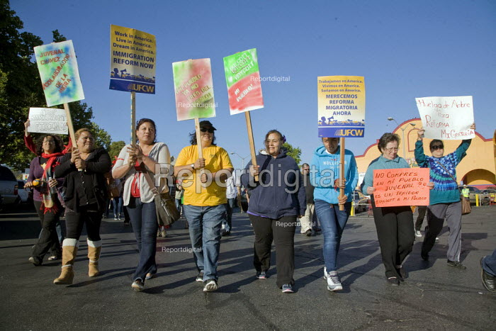 OAKLAND, California- Immigrants, workers, union members... - David Bacon, Dnb1307014.jpg