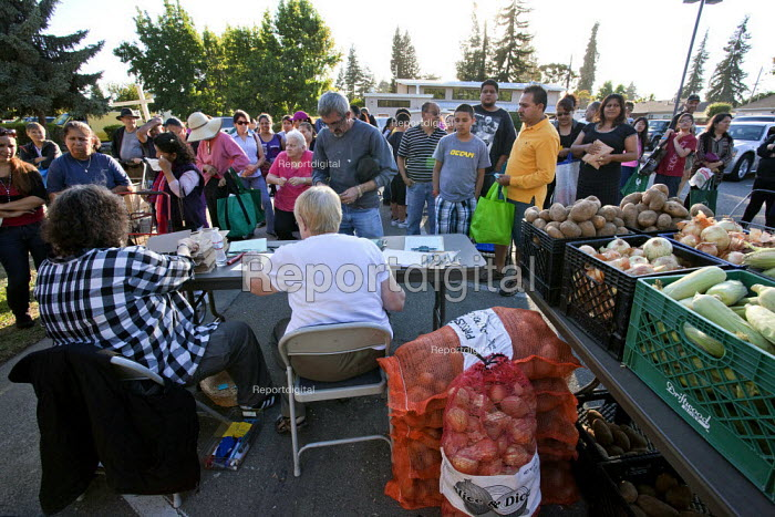 California. Hungry people queue for food at a distribution... - David Bacon, Dnb1309009.jpg