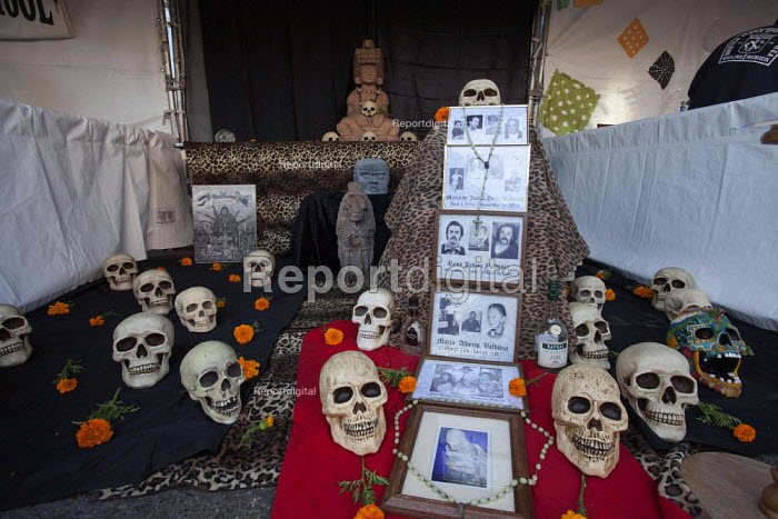 Oakland, California: An altar to the dead. Mexican festival of the Day of the Dead in Oakland's Latino Fruitvale District. - David Bacon - 2013-11-02