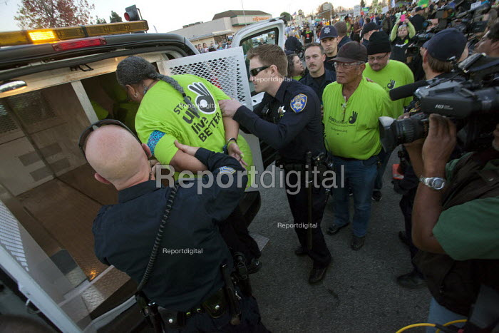 California, USA: Workers at the Walmart store in San Leandro are joined by other Walmart workers sacked for their union membership and hundreds of other union and community supporters. They protested at the sackings, and five were arrested for blocking the street in an act of civil disobedience. - David Bacon - 2013-11-29