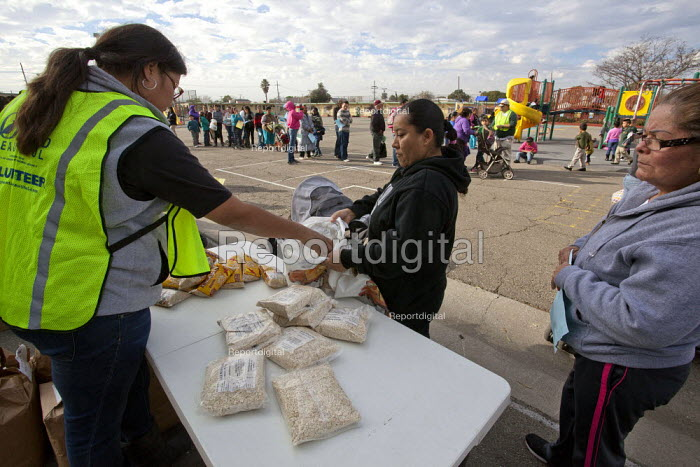 Oakland, California �the hungry queue to obtain food from volunteers distributing food from the Alameda County Food Bank. - David Bacon - 2013-12-18