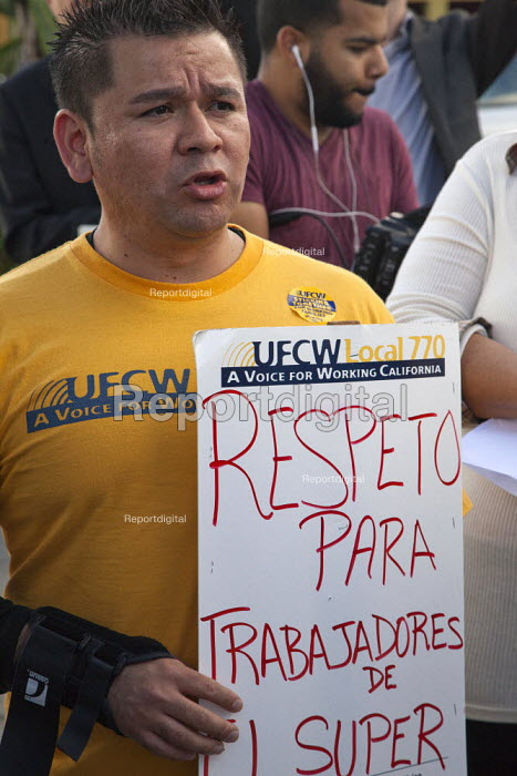 Los Angeles, California: Members of the UFCW and supporters picket an El Super supermarket. Workers protest because the Mexican owned company will not negotiate a new contract with the union, has sacked workers, is trying to derecognise the union and keep it from organising workers at non union stores. - David Bacon - 2014-12-04