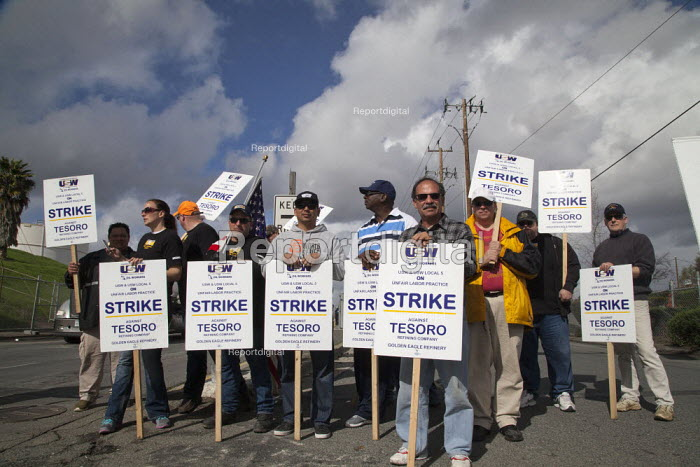 California- oil workers picket the Tesoro Corp. Golden Eagle Refinery during a national oil strike by USW, and their Local 5. - David Bacon - 2015-02-09
